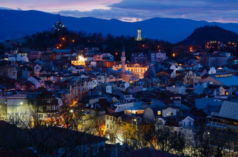 Город Пловдив ночи, Болгария Взгляд от одного из холмов стоковое фото rf