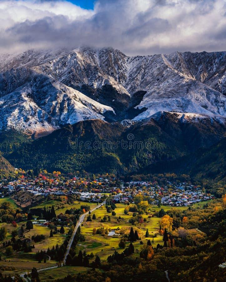 Город под снежной горой стоковые фото