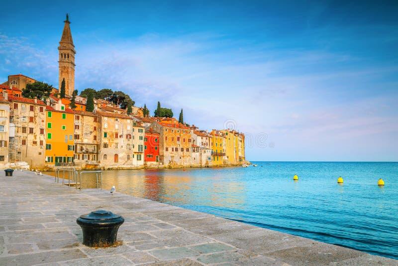 Город Ровинь с красочными зданиями и Адриатическим морем, Хорватия стоковые изображения