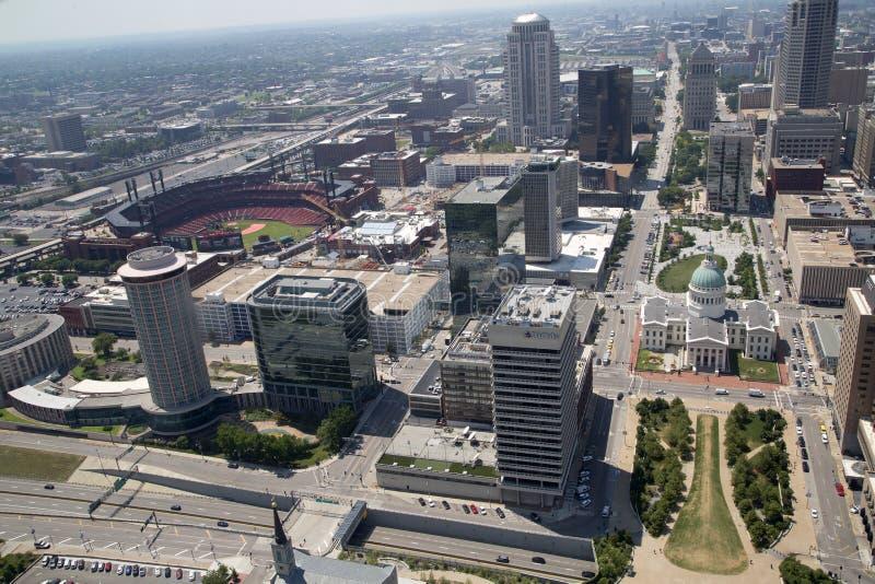 Город Сент-Луис видел от свода MO США ворот стоковая фотография