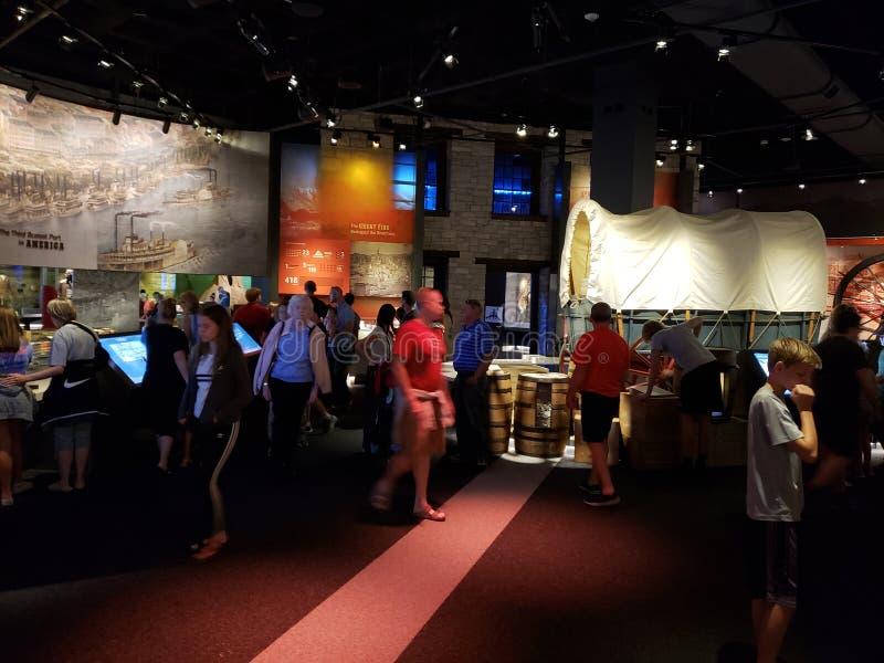 Город Сент-Луис музея свода ворот посещения людей стоковая фотография rf