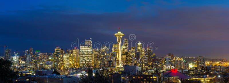 Город Сиэтл WA во время выравнивать голубую панораму США часа стоковое изображение