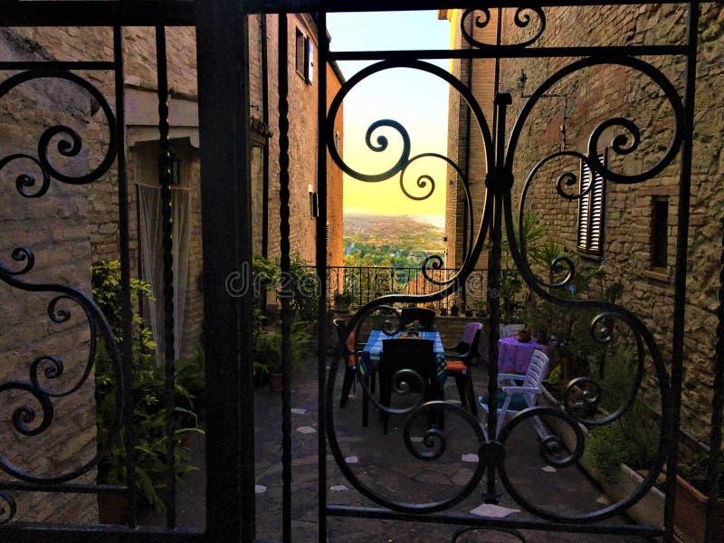 Город Торре-ди-Пальме в области Марш, Италия Скрытый тайный балкон, шарм, красота и великолепные ворота стоковые изображения