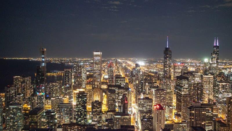 Город фотографии улицы Чикаго вечером - прекрасный вид сверху - стоковое фото