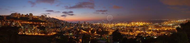 Город Хайфы, фото ландшафта панорамы взгляда ночи воздушное стоковые изображения