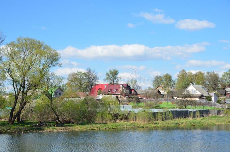 Город Alexandrov, дома на банках серого реки Золотое кольцо России стоковые фото