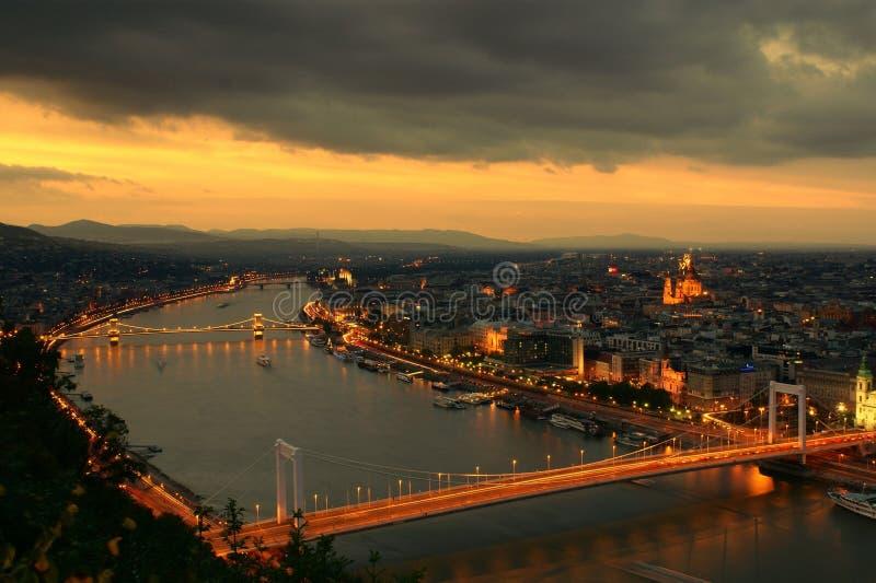 город budapest освещает заход солнца стоковые фотографии rf