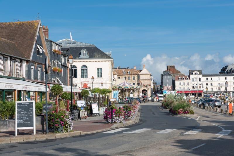 Город Honfleur с историческими зданиями и ресторанами в Франции стоковая фотография rf