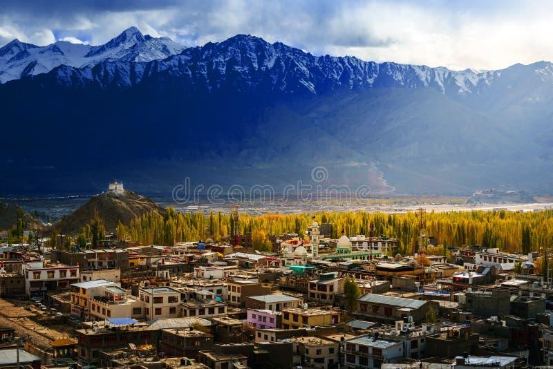 Город Leh-Ladakh на времени захода солнца стоковое фото