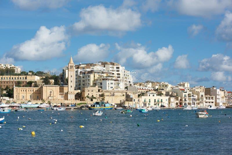 Город Marsascala, Мальта, 2-ое сентября 2018: панорамный вид Marsascala Marsaskala, с путем выравнивая воду Средиземного моря стоковая фотография