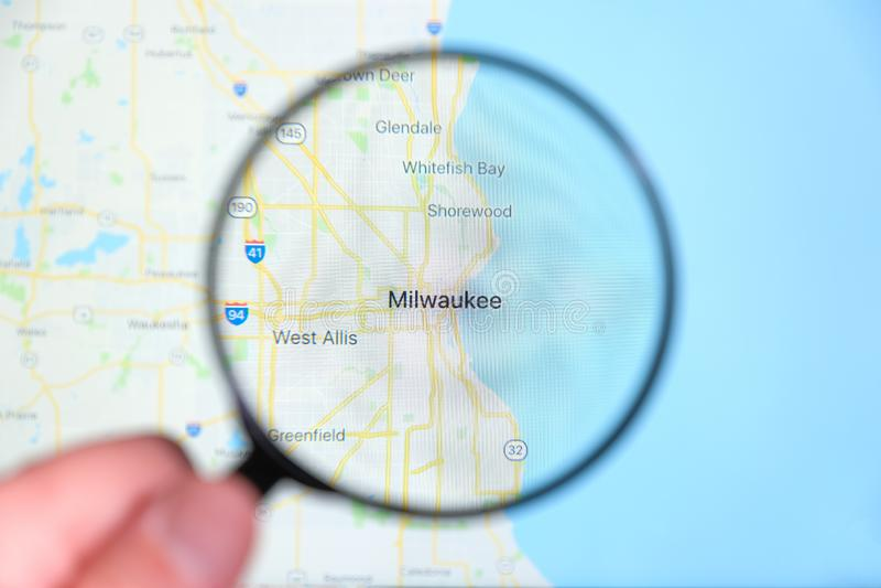 Город Milwaukee, Висконсина на экране дисплея через лупу стоковое фото