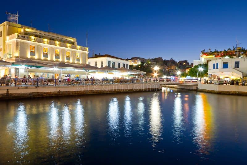 Город Nikolaos ажио на ноче на Крите Стоковые Фотографии RF