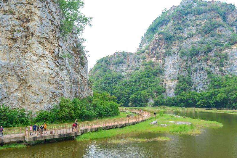 Город Ratchaburi, Таиланд - 5-ое октября 2018: Ландшафт каменных гор и голубого неба, предпосылки природы свежей, парка Khao Ngu  стоковое фото rf