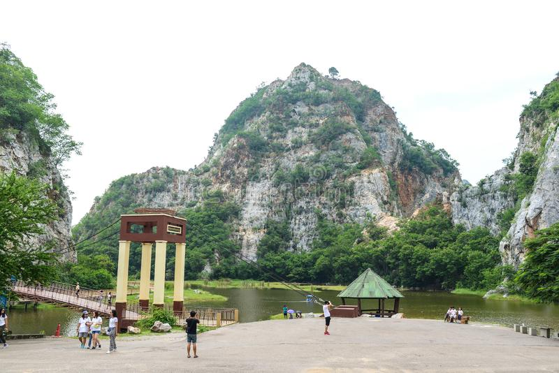 Город Ratchaburi, Таиланд - 5-ое октября 2018: Ландшафт каменных гор и голубого неба, предпосылки природы свежей, парка Khao Ngu  стоковые изображения
