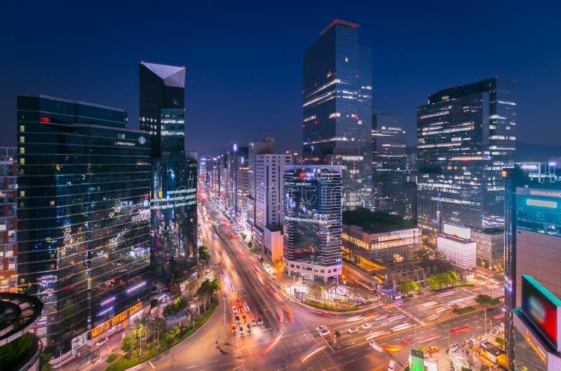 Город Skyling Сеула и небоскреб и движение на пересечении niaht в Gangnam, Южной Корее стоковые фотографии rf