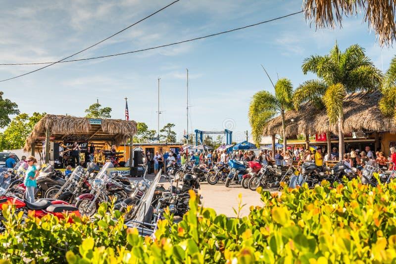 Город St James, остров сосны, Флорида, Соединенные Штаты Америки, под открытым небом музыка и событие велосипедиста на неровном с стоковое фото