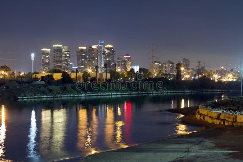 Город Tel Aviv на ноче стоковое изображение