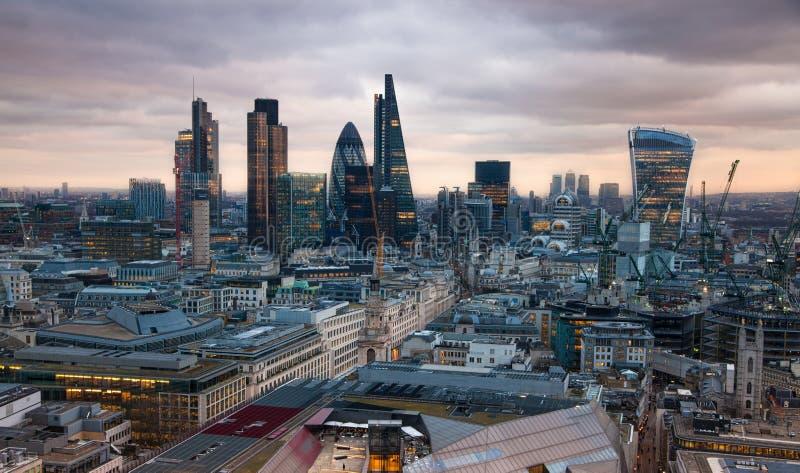 Город арии Лондона, дела и банка Панорама Лондона в комплекте солнца Взгляд от собора St Paul стоковые изображения