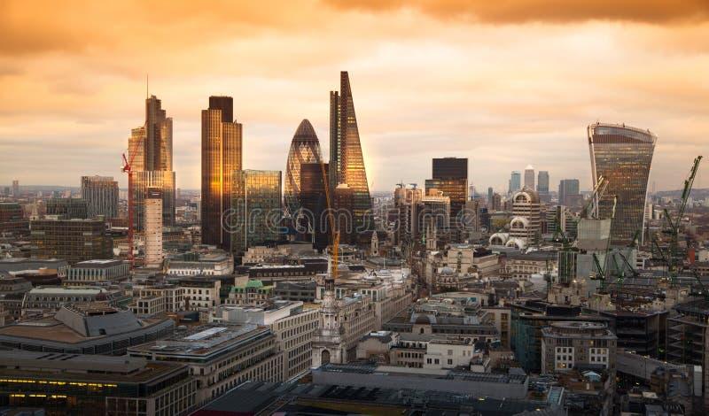 Город арии Лондона, дела и банка Панорама Лондона в комплекте солнца стоковые изображения