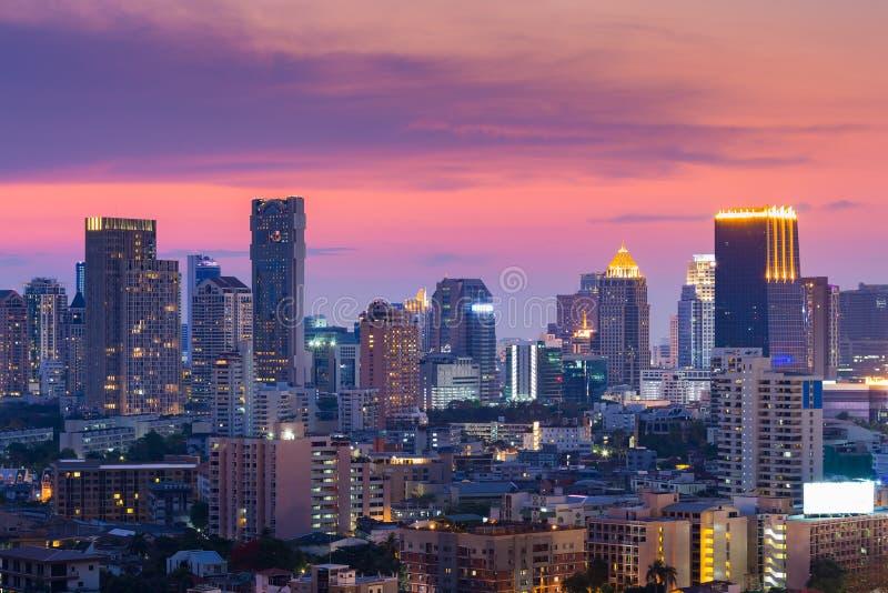 Города офисного здания светов взгляд почти стоковое фото rf