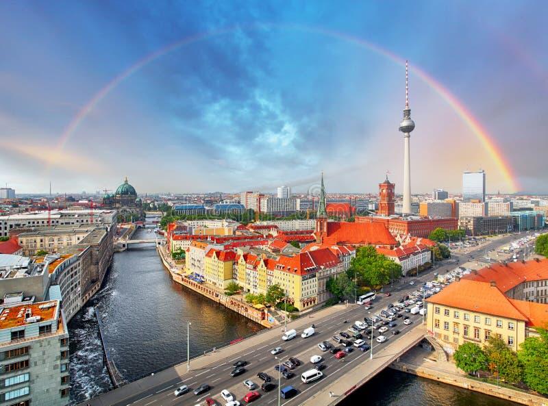 Город Берлина с радугой, Германией стоковые изображения rf