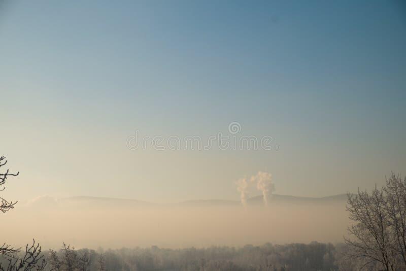 город воздуха над загрязнением Дым от промышленной трубы стоковые фото