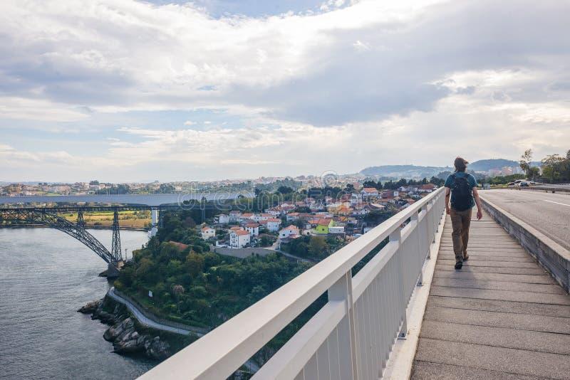 Город городской Порту Oporto прогулки взгляда задней части кавказца персоны человека моста Pia Марии мужской стоковые изображения rf