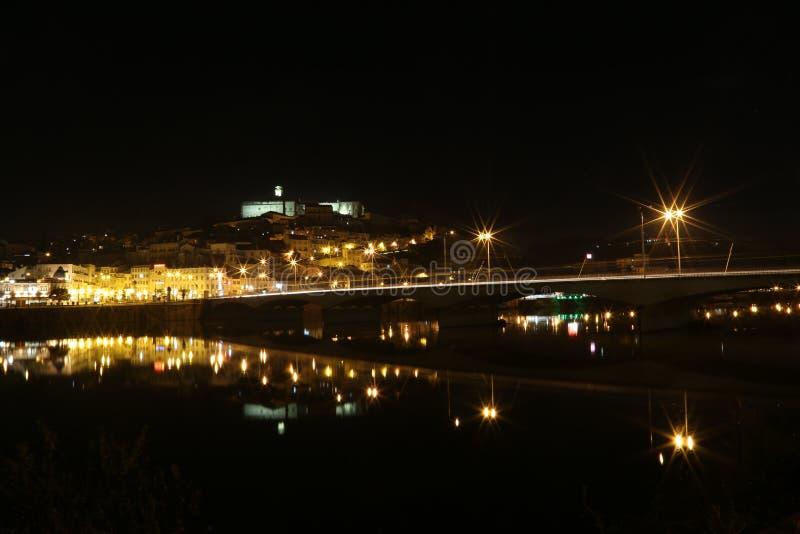 Город Коимбры на ноче - Португалии стоковое фото rf