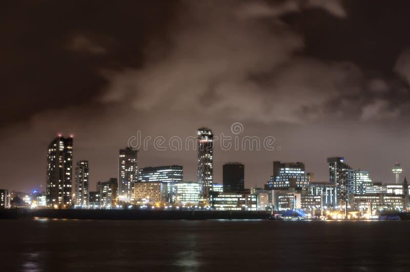 Город Ливерпуля, Англии, на ноче и реке Мерси стоковая фотография rf