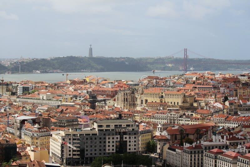 Город Лиссабона исторический и 25th из панорамы моста в апреле, Португалии стоковое изображение
