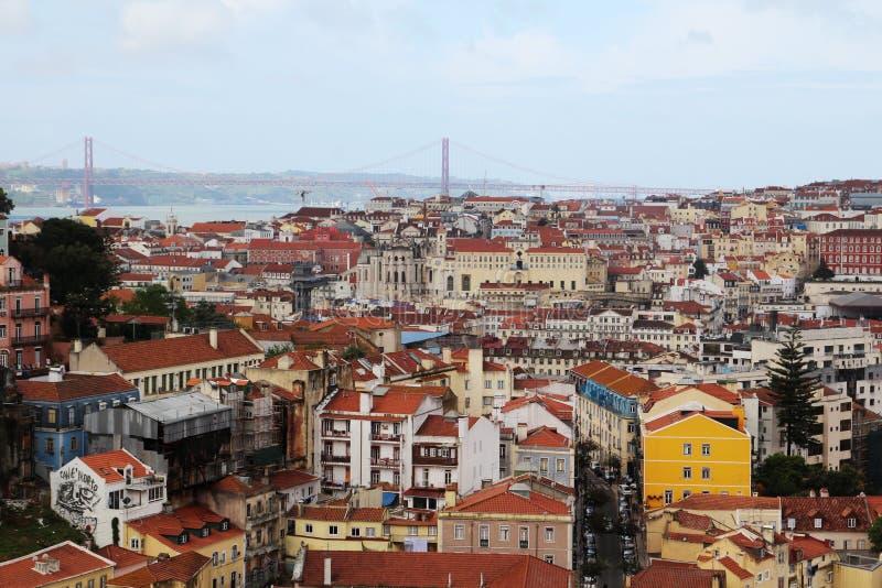 Город Лиссабона исторический и 25th из панорамы моста в апреле, Португалии стоковое фото
