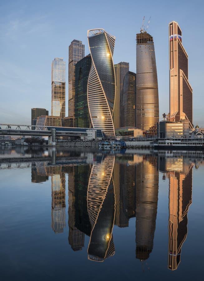 Город Москвы делового центра на восходе солнца стоковые фотографии rf