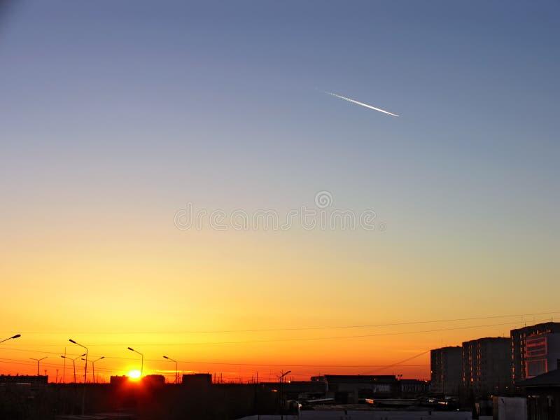 город над заходом солнца Раковины солнца за зданиями стоковые изображения rf