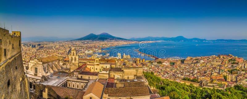 Город Неаполь с Mt Vesuvius на заходе солнца, кампании, Италии стоковые изображения rf