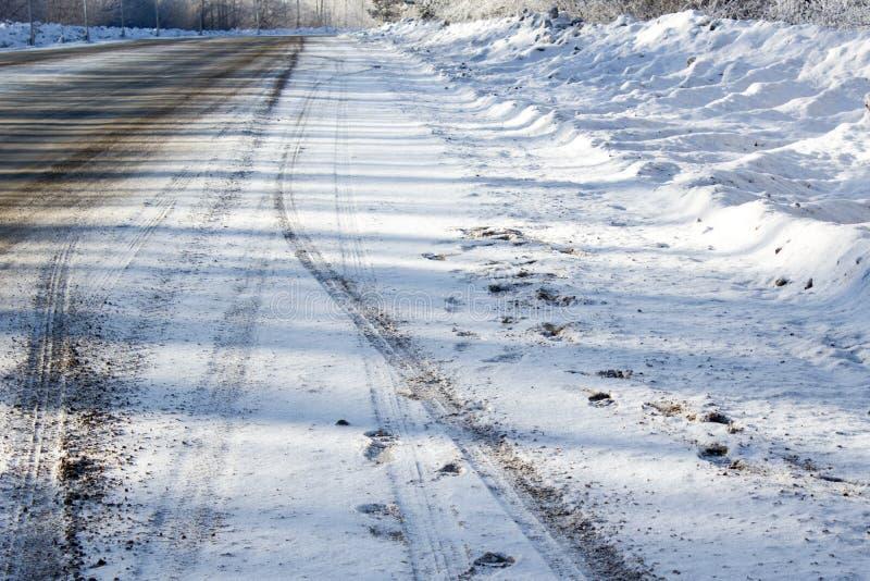 город около железнодорожной дороги светит солнцу снежка к древесине зимы стоковое фото