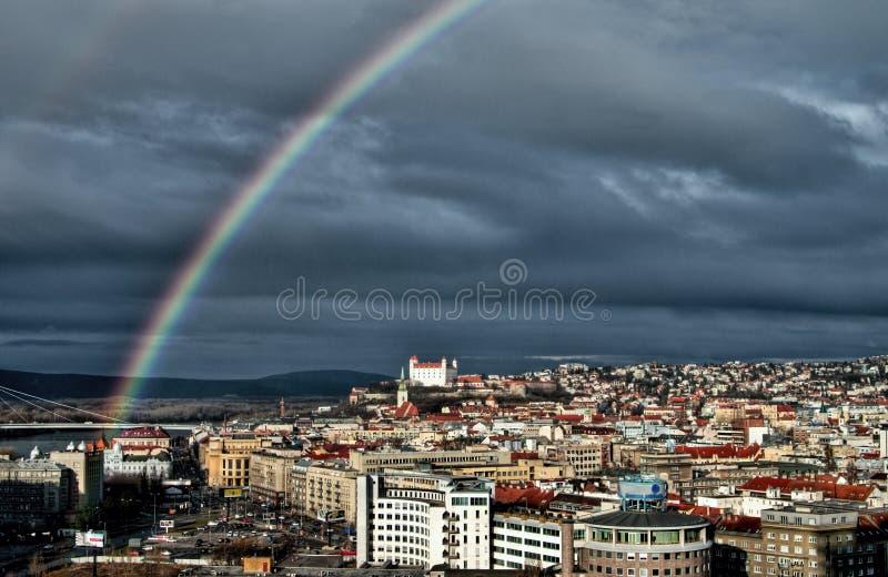 Городок Братиславы в Словакии с радугой стоковое изображение