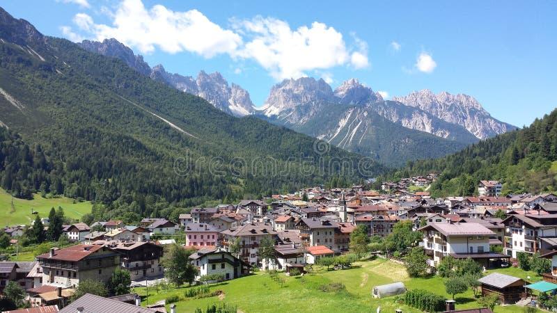Городок вызвал Forni di Sopra стоковое фото