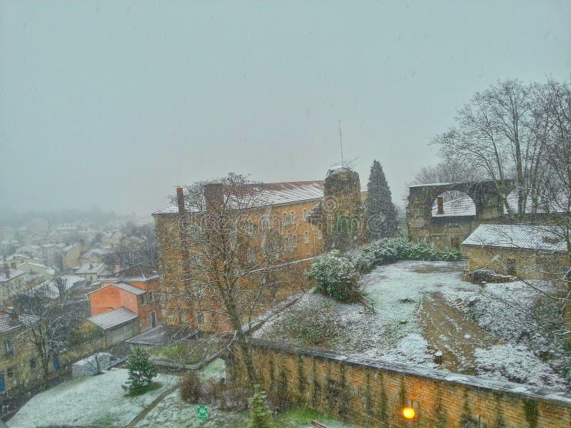 Городок в моменте падения снега, городок Лиона старый Лиона старый, Франция стоковое фото