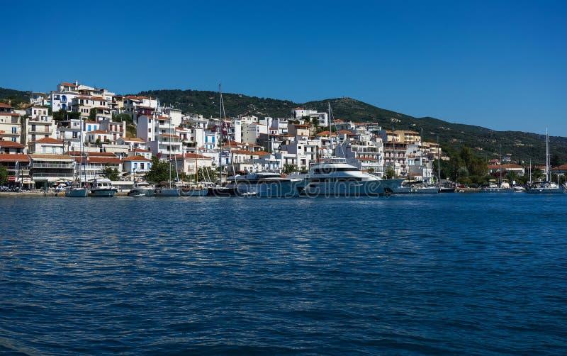Городок и гавань Skiathos стоковые изображения