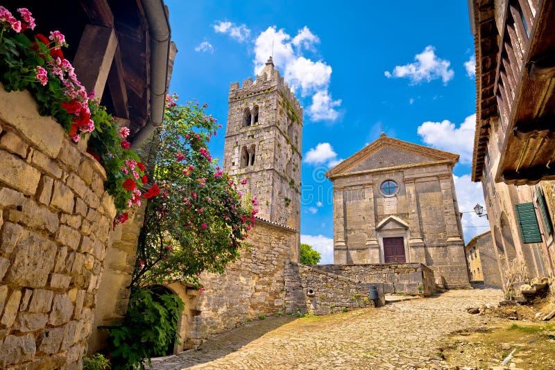 Городок квадрата и церков жужжания старых мощенных булыжником стоковое изображение