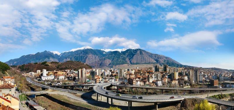 Городок Dupnitsa, панорама Болгарии стоковые изображения