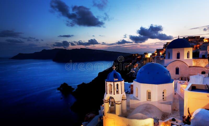 Городок Oia на острове Santorini, Греции на ноче стоковые фотографии rf