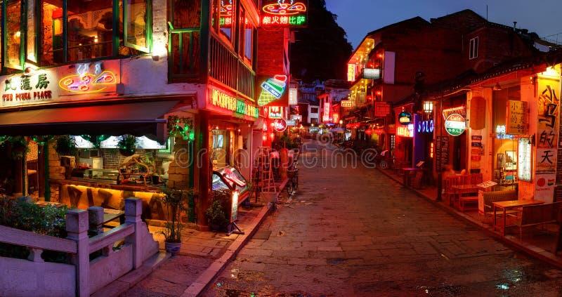 Городок Yangshuo ночи. Улица на ноче - турист Yangshuo западная стоковое изображение