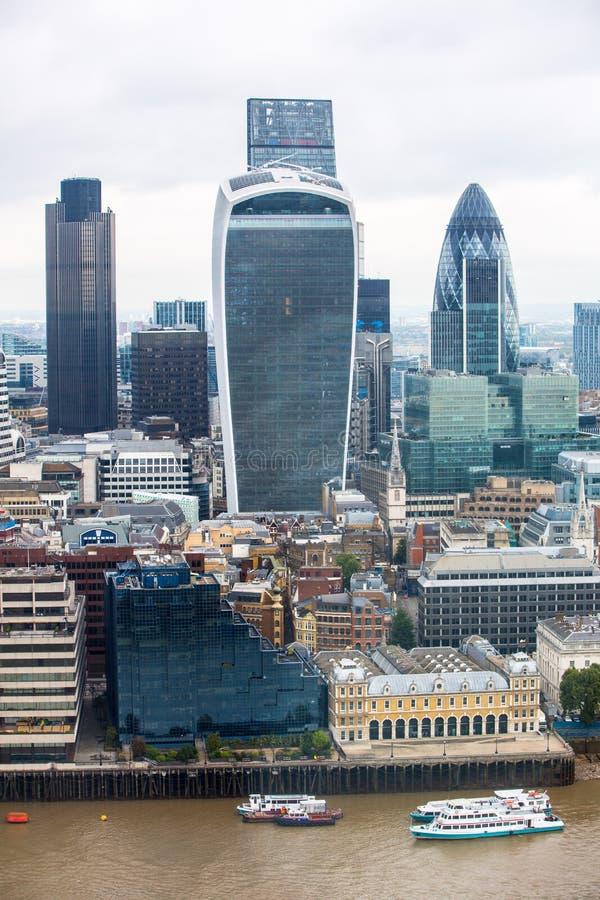 Город панорамы Лондона с современными небоскребами Корнишон, рация, башня 42, банк Lloyds Ария дела и банка стоковое изображение rf
