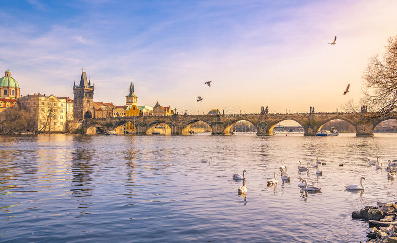 Город Праги и река Влтавы на заходе солнца стоковые изображения
