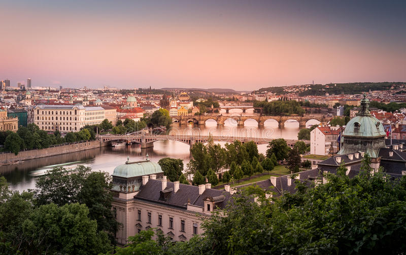 Город Праги на заходе солнца стоковые изображения