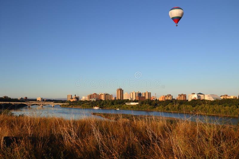 Город Саскатуна и южный взгляд реки Saskachewan от Paririe стоковое фото