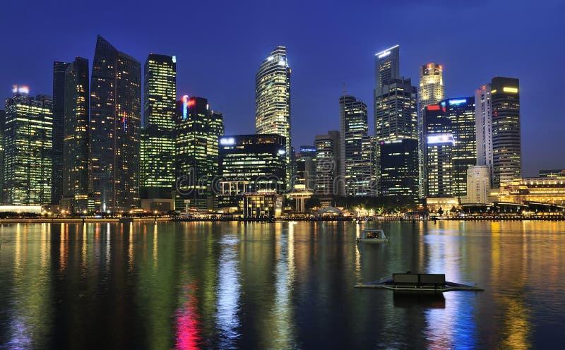 Город Сингапура к ноча стоковые фотографии rf