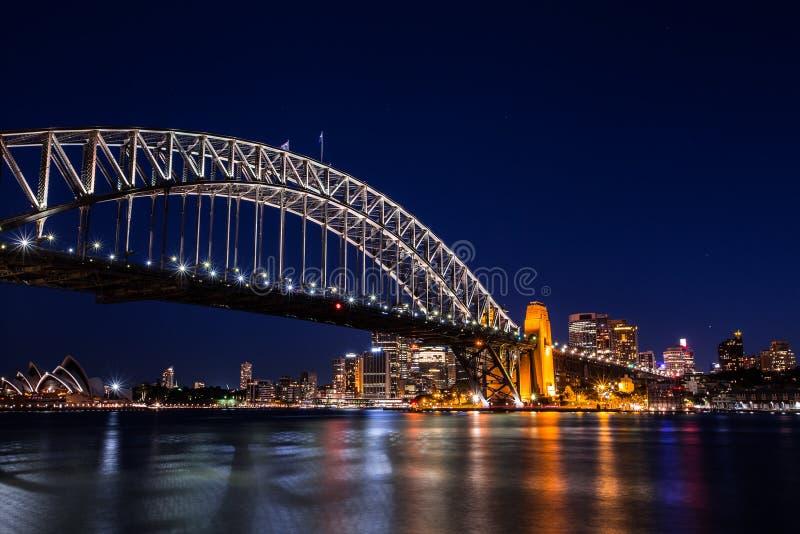 Город Сиднея на ноче с освещает вверх зданий стоковая фотография
