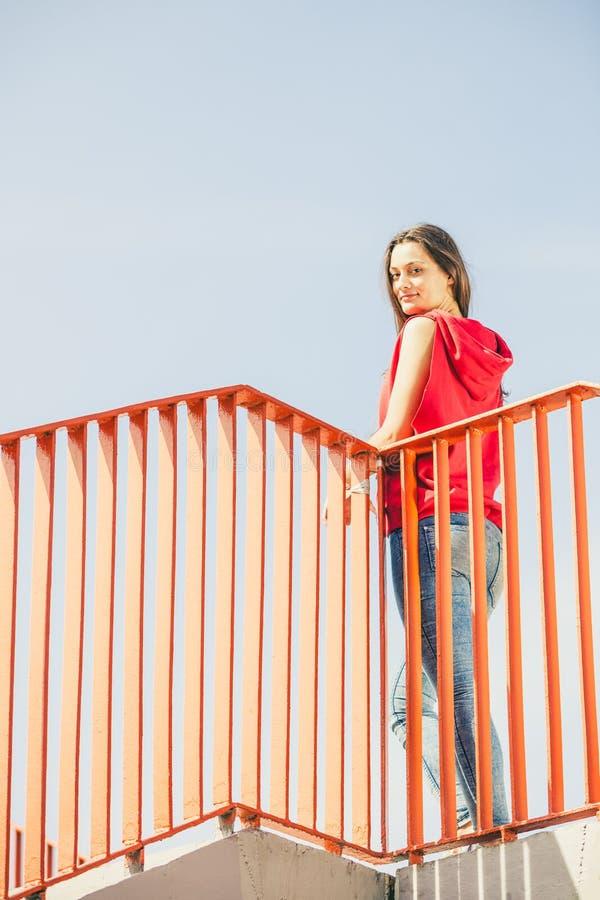 Городская девушка конька на мосте стоковое фото rf
